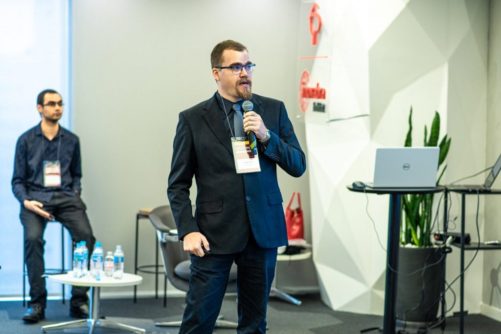 Especialista em Cloud e Cibersegurança Claudio Dodt ministrando a palestra: Protegendo Dados na Prática.